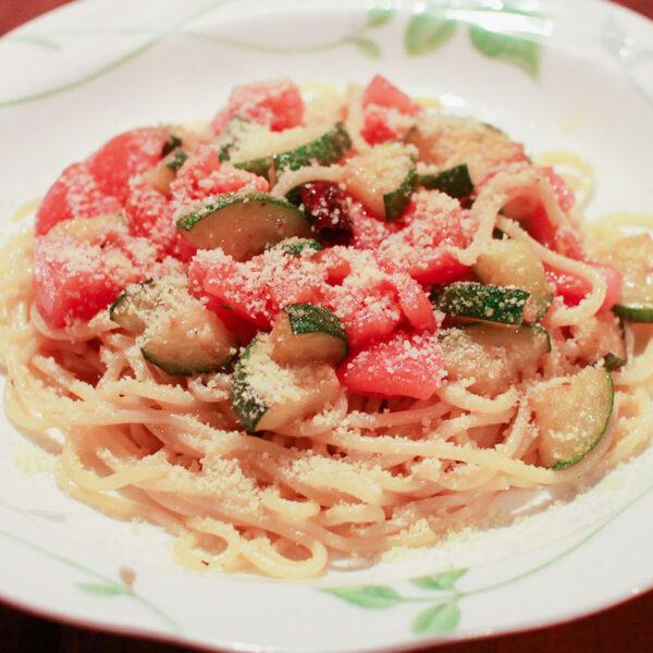 フレッシュトマトとズッキーニのスパゲティ(オイルベース)